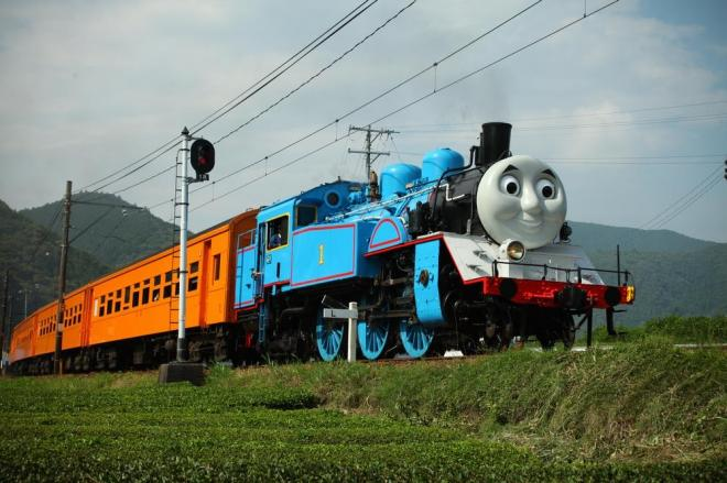 福用駅付近を走るトーマス=大井川鉄道提供、(c) 2014  Gullane (Thomas)  Limited