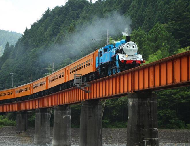 崎平―千頭間の鉄橋を渡るトーマス号=大井川鉄道提供、(c) 2014  Gullane (Thomas)  Limited