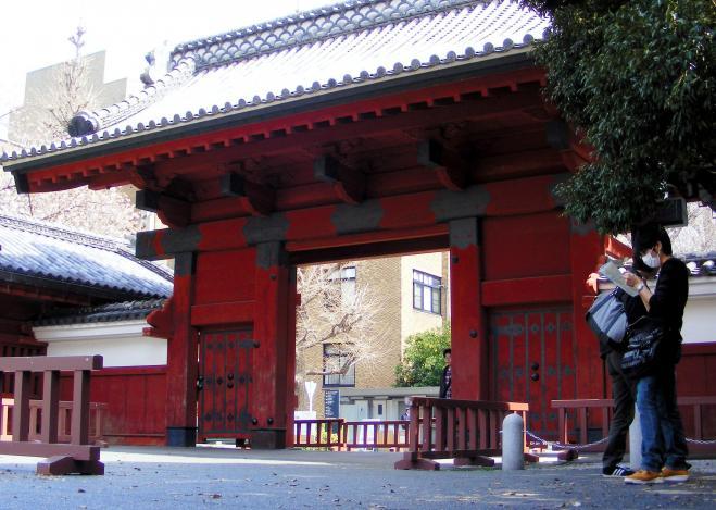 東京・本郷の東大赤門=2013年4月1日