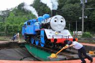 人力で向きを変える「きかんしゃトーマス号」=大井川鉄道提供、(c) 2014  Gullane (Thomas)  Limited