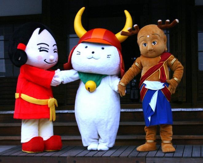 せんとくん、なーむくんの和解の仲立ちをする、彦根城のひこにゃん(中央)。もはや、ゆるキャラ界のフィクサー=2008年10月25日