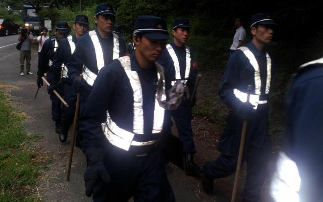 捜索のため、山林に入る県警の捜査員=2013年7月26日午前8時13分、山口県周南市金峰