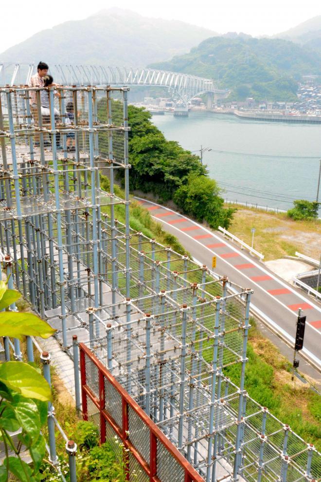 ジャングルジムの頂上からは豊浜大橋と島々が眺められる=広島県呉市豊浜町