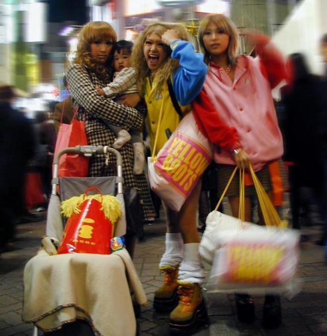 流行のファッションできめた子連れヤマンバたち=2000年12月9日、東京・渋谷で
