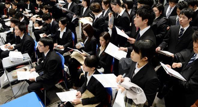 就職活動が解禁となり、企業を集めた説明会に大勢の学生が詰めかけた=2013年12月1日、大阪市住之江区