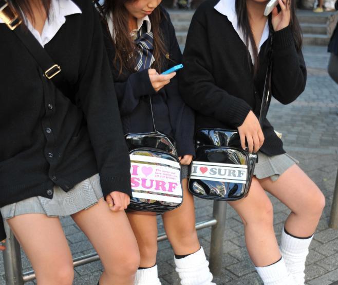 短いスカートの女子高生=2008年5月21日、大阪市中央区、川村直子撮影