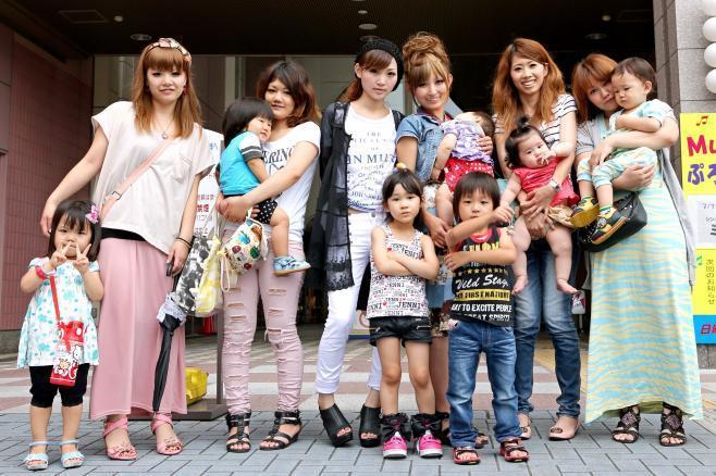 兵庫県のママサークル「ラブ♡キッズ」の仲間たち=2012年7月13日