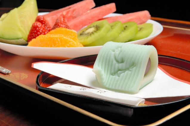 「生菓子・のぼり鮎」とフルーツ盛り合わせ