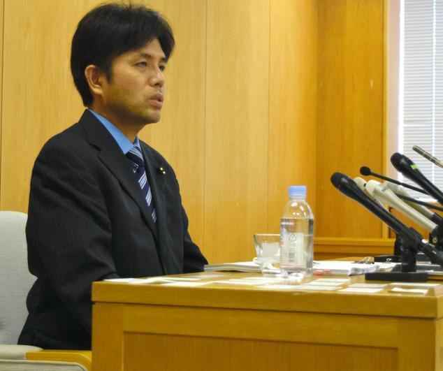 7月1日に記者会見を開いた野々村県議(当時。現在は辞職)