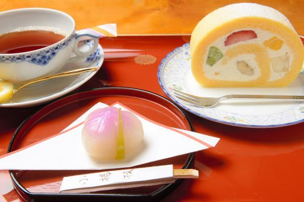 「生菓子・菖蒲(しょうぶ)、フルーツロールケーキ、レモンティー」