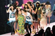 ギャルのファッションに身を包んだモデルが登場した「東京ガールズコレクション」=2009年6月21日
