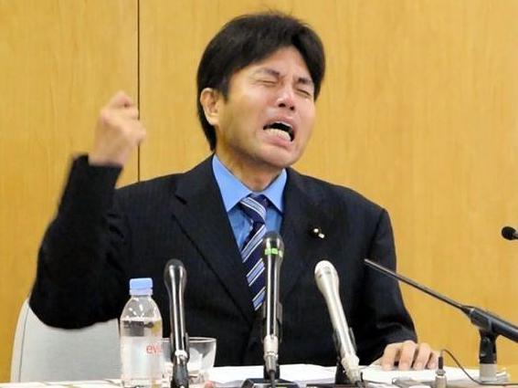 記者会見で号泣する野々村氏