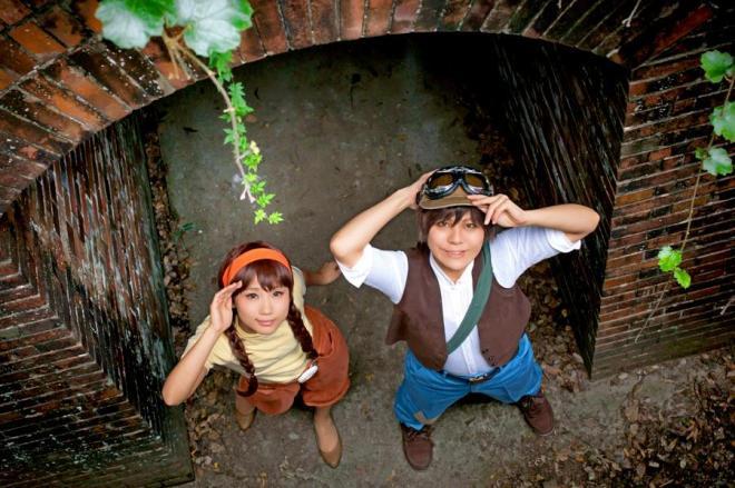 2012年11月のコスプレイベントで、「天空の城ラピュタ」の主人公・シータに扮した中川さん(左)=和歌山市の友ケ島の第3砲台跡(マックス・ガイヤさん撮影、マジックアワーカフェ提供)