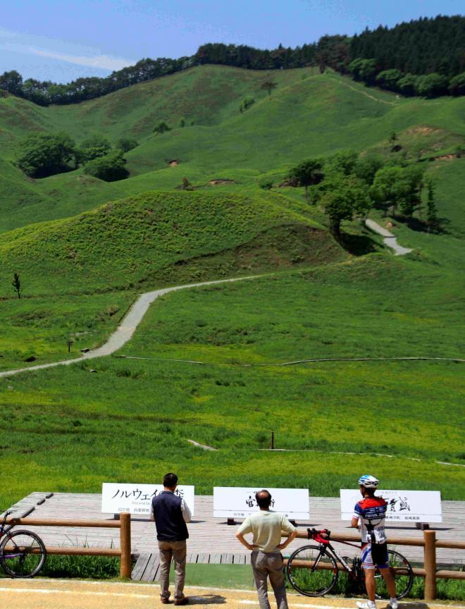緑の草原が広がる初夏の砥峰高原=兵庫県神河町
