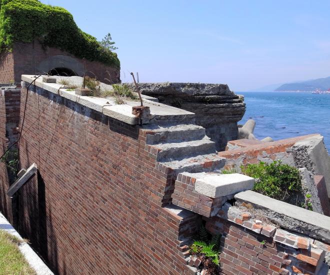 赤煉瓦の壁が崩れかけている友ケ島第2砲台跡。対岸は淡路島=2013年5月25日