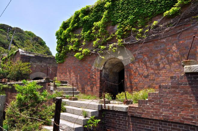赤れんがの壁に緑のツタがはう第2砲台跡=和歌山市加太
