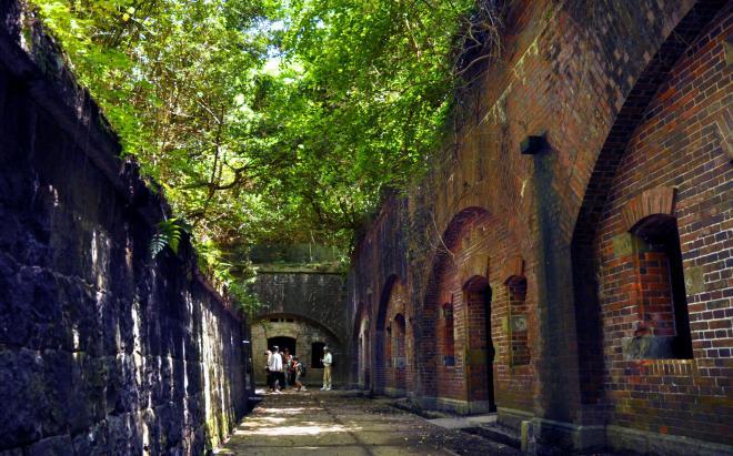 観光客に一番人気の第3砲台跡。木漏れ日の差し込む空間が、どこか神秘的=和歌山市加太