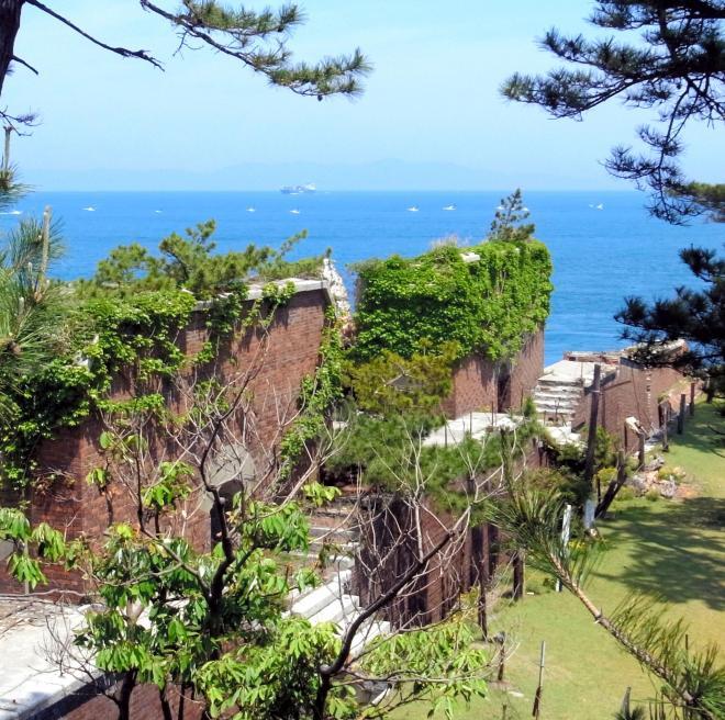 紀淡海峡を望む友ケ島の第2砲台跡=2013年5月25日