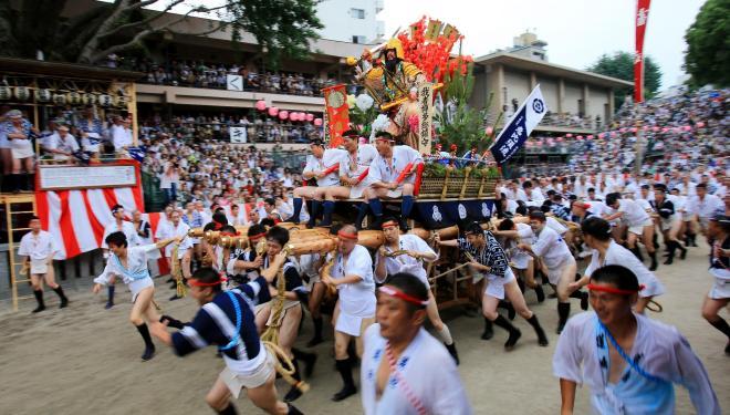 山を舁く男たちが櫛田神社の清道をまわり、博多の街へ飛び出していった=12日午後、福岡市博多区、藤脇正真撮影