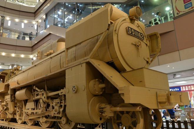 段ボールですべてつくられた実物大の機関車=13日午後、福岡市中央区、池田良撮影