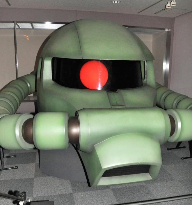 実物大のザクの頭部。赤く光る目は、ぐるりと動く=2012年10月12日、鳥取県日南町霞