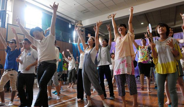 7月16日に東京で開かれたエクストリーム出社のイベント。数百人が早朝からノリノリでダンス
