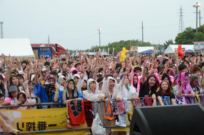 盛り上がる「志摩レゲエ祭」。ステージから約300メートル先に託児所がある=2014年6月28日、三重県志摩市