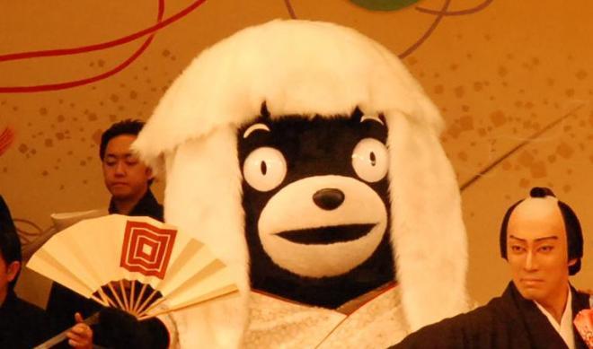 市川海老蔵さんと共演するくまモン=2014年3月6日、熊本県山鹿市山鹿