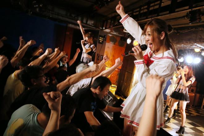 「しず風&絆」のライブ。総立ちの観客と拳を突き上げて盛り上がった=2013年12月28日、東京都新宿区