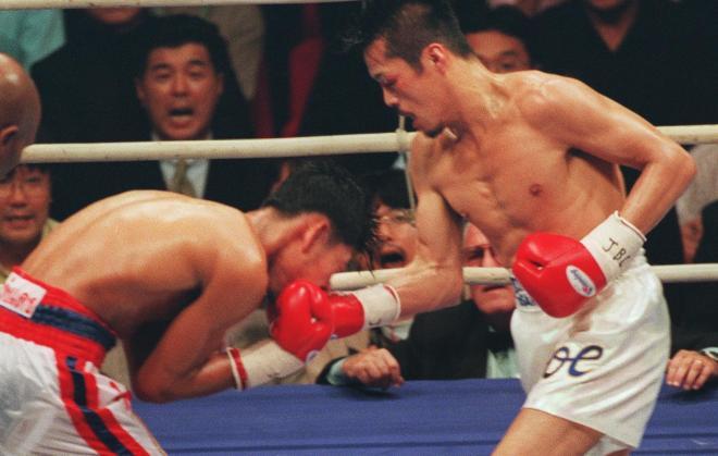 アッパーカットで攻める辰吉丈一郎=1997年11月22日