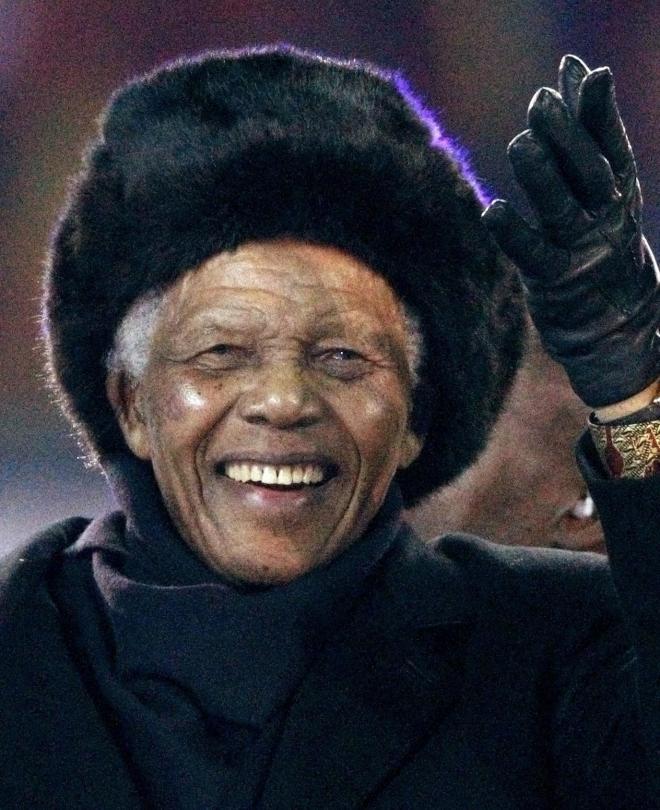 2010年、南アフリカで開かれたサッカーW杯の閉会式に現れ、会場からの声援に応えるマンデラ氏