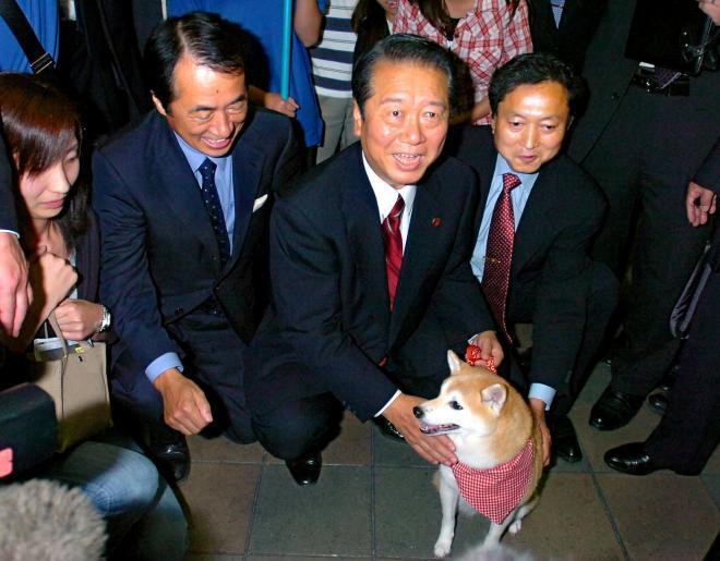 民主党のテレビCMに出演した犬をあやす小沢一郎代表(中央)や菅直人代表代行(左)、鳩山由紀夫幹事長。まだ蜜月だった…=2006年10月20日
