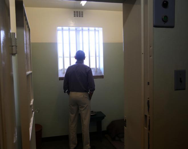 マンデラ氏が27年あまり閉じ込められていた監獄の部屋にたたずむバラク・オバマ米大統領(2013年6月)