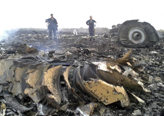 墜落現場では消火活動が行われた