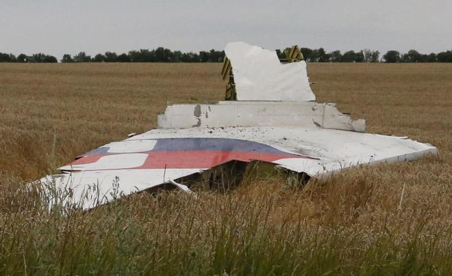 墜落したマレーシア航空機と見られる残骸の一部。ドネツク州のグラボボ村の付近で見つかった