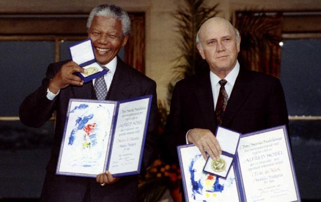 1993年、ノーベル平和賞を受賞した時のマンデラ氏(左)