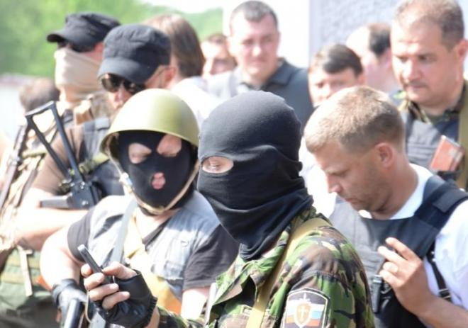 ウクライナ東部ドネツクのアフメトフ邸前に集まった親ロシア派の武装勢力=2014年5月25日