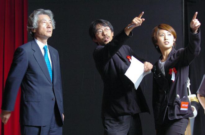 テレビCMの撮影に臨む小泉首相。バックに流れるエックス・ジャパンの曲が記憶に残る=2005年8月16日