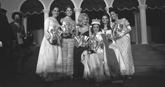 1968年10月9日、東京・日本武道館でミス・インターナショナル世界大会が開かれた。1位に選ばれたミス・ブラジルを囲んで、右から5位のタイ、3位のアメリカ、2位スウェーデン、4位デンマーク、ミス・フレンドシップのボリビア各代表