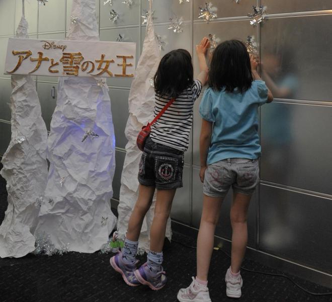 映画館手作りのPR装飾に見入る小学生たち=2014年5月11日、大阪市中央区のTOHOシネマズなんば、滝沢美穂子撮影