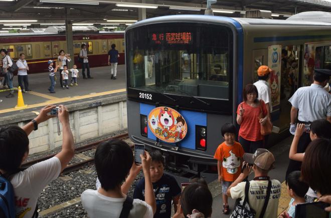 「妖怪ウォッチ」のラッピング電車の運行も始まった=2014年7月19日、西武球場前駅