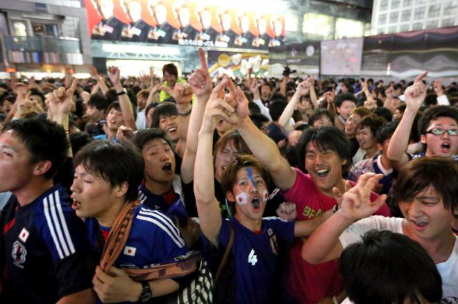 渋谷駅前に集まり、乱舞するサポーター=2013年6月4日、東京都渋谷区