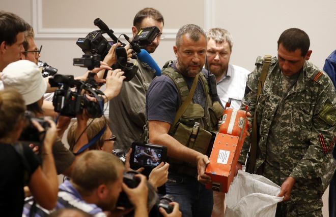 ドネツクで22日、墜落したマレーシア航空機のブラックボックスをマレーシア政府側に引き渡す親ロシア派の戦闘員