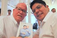 パトリック・J・リネハン前総領事(左)とエマーソン・カネグスケ氏。著作「夫夫円満」を手に=古田大輔撮影