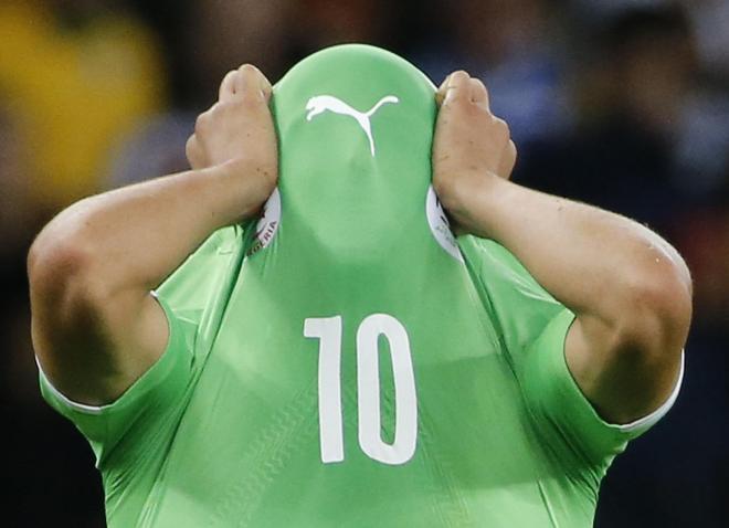 ドイツに敗れ、顔を覆うソフィアヌ・フェグリ
