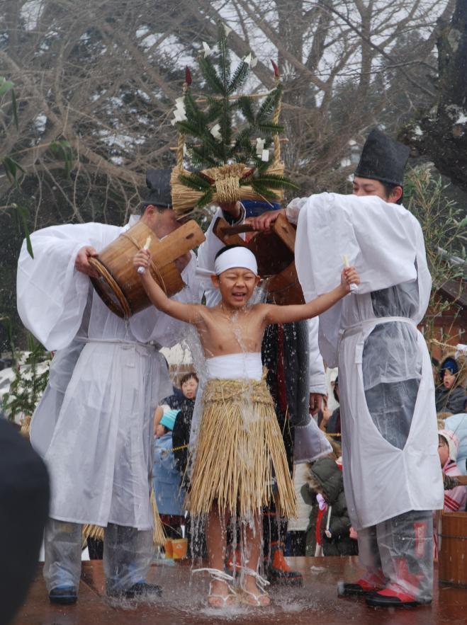 【山形・やや祭り】「頑張れ!」と声援を受けて、冷水を浴びる子ども=庄内町千河原で