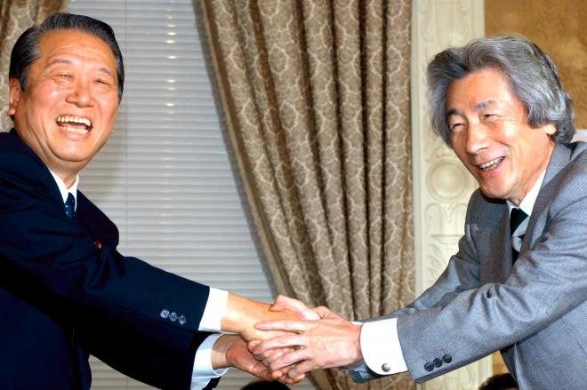 小沢一郎氏(左)と小泉純一郎氏。ポスターでも対決してました=2006年4月10日