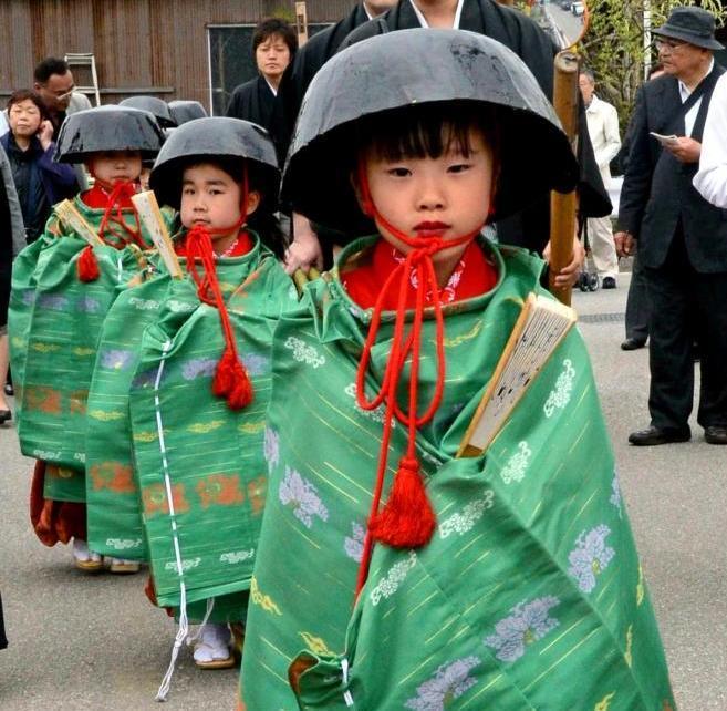 【滋賀・鍋冠祭】張り子の鍋や釜をかぶって練り歩く少女たち=2014年5月3日、米原市朝妻筑摩