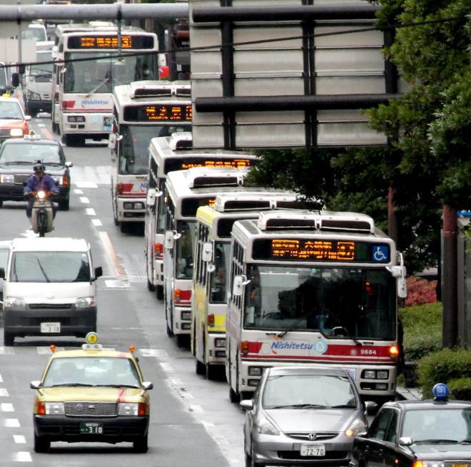 福岡市の中心部を数珠つなぎで走る西鉄の路線バス=2013年12月18日
