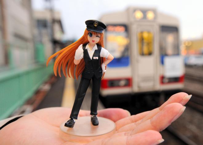 三陸鉄道のイメージキャラクター「久慈ありす」のフィギュア。後方は三陸鉄道の車両=2011年12月6日